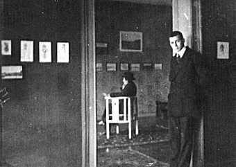 Walter Mehring, sitzend mit Hut, betrachtet die Werke seine Freundes Paul Citroen in dessen elterlicher Wohnung in der Berliner Derfflinger Straße. Foto: Erwin Blumenfeld