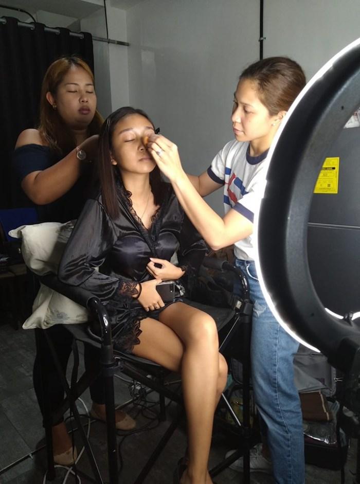 shayna-doing-make-up