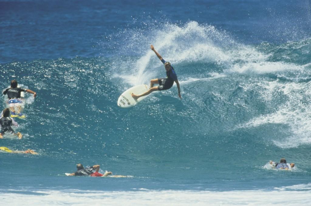 surferne-i-byron-bay-far-det-til-at-se-ud-som-en-leg-foto-tourism-nsw