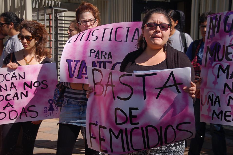 Plantón contra el femicidio a las puertas de la Fiscalía General en Quito