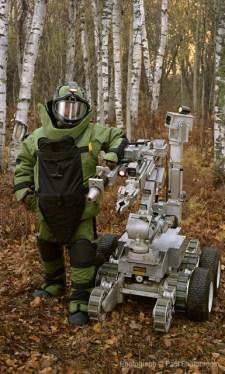 Paul Shambroom, Bomb suit, robot (148th Explosive Ordnance Disposal (EOD), Minnesota Air National Guard, Duluth, MN, 2005