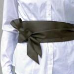 シンプルなYシャツコーデもサッシュベルトでコーデを格上げ!おしゃれで可愛いサッシュベルトのアシンメトリーな結び方♡