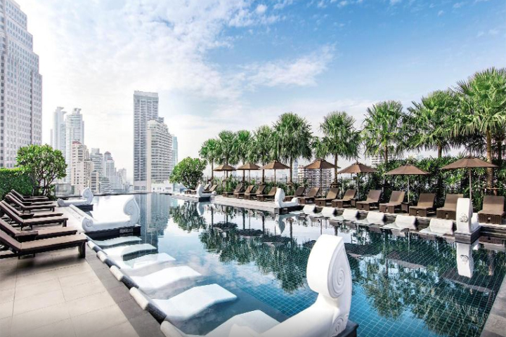 grande-centre-point-hotel-terminal-21-swimming-pool