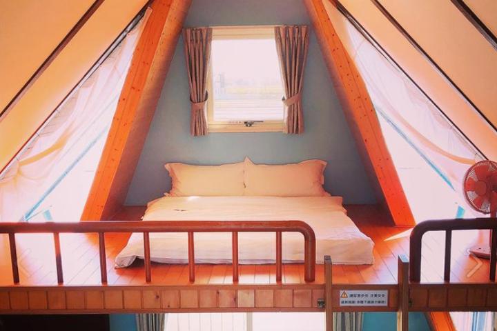 天空島上的小木屋房間