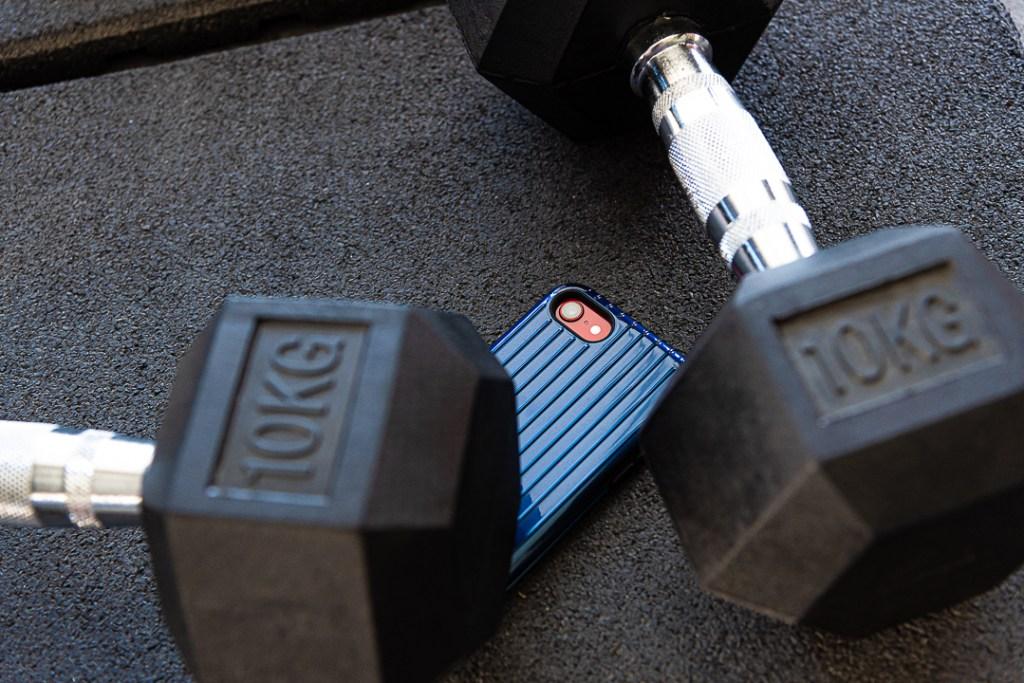 使用軍規防護手機殼,上健身房再也不用擔心手機從口袋滑出。