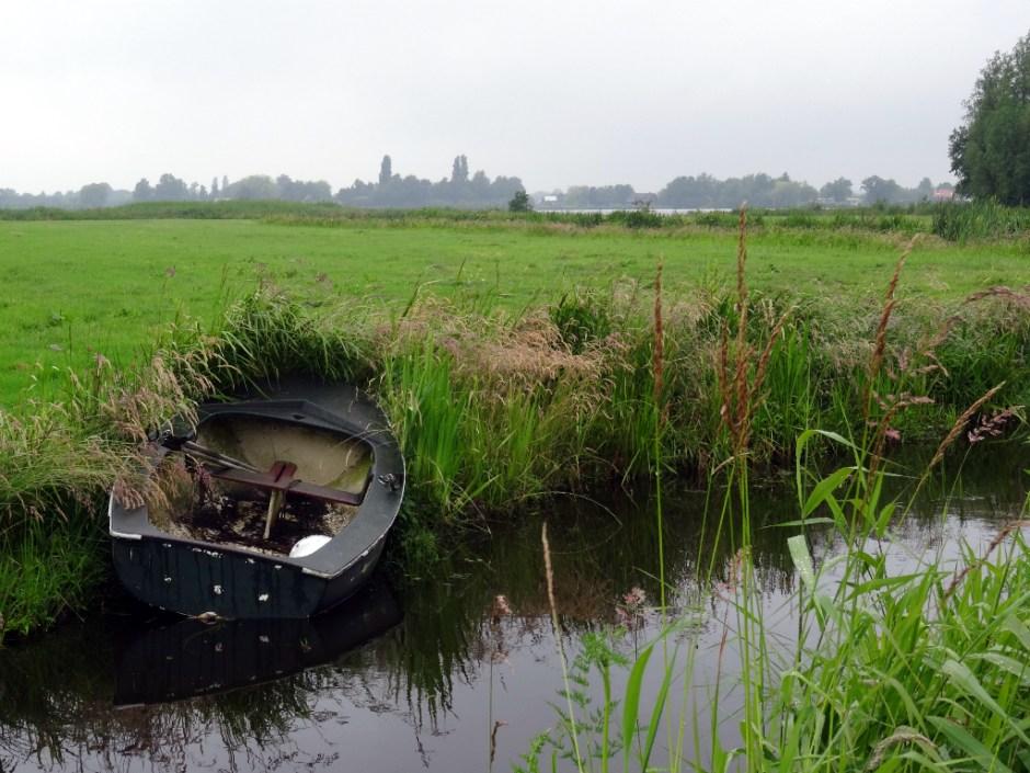 Boot in sloot langs het Pelgrimspad Reeuwijk-Haastrecht