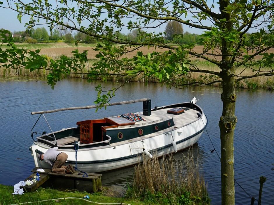Met veel beleid wordt deze boot weer vaarklaar gemaakt