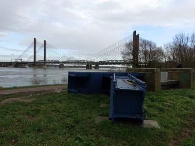 Delen van de oude brug nu als bank