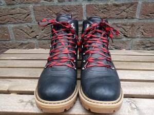 wandelschoenen veteren om pijnlijke teen te voorkomen