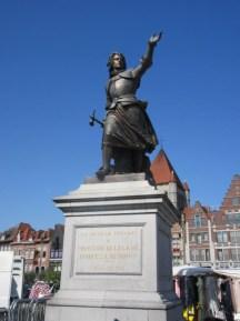 Monument op de Grote Markt ter ere van marie-christine van lalaing, die verdedigde Doornik tegen de hertog van parma, alessandro farnese in 1581 in tournai.