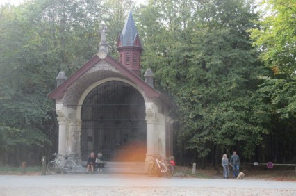 'Kapel van Welriekende te Hoeilaart'. Een monnik uit het klooster van Groenendaal stichtte deze kapel in 1485. Zij is de grootste kapel in het huidige Zoniënwoud en is gewijd aan Onze-Lieve-Vrouw. De huidige kapel dateert uit 1861, maar leed schade door een vrachtwagen in 1999. De jaarlijkse openluchtmis aan de kapel op 15 augustus (Onze-Lieve-Vrouw Hemelvaart) wordt altijd druk bijgewoond.