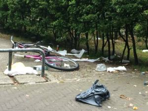 Opengrukte vuilniszak in Lage Nieuwstraat