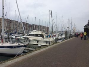 Luxe jachtschepen en dure flats in de haven