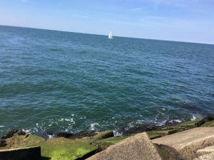 Klotsende zee op de pier bij het Zuiderstrand