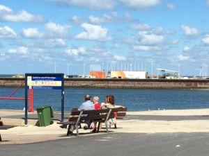 Mensen op een bankje bij het zuidelijk havenhoofd