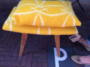 Krukje met geel overtrek van een oude deken