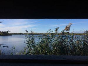 Plas door het raam van een uitkijkpunt