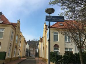 Straat met gele huizen