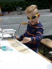 Een jonge deelnemer aan de workshop ravioli maken