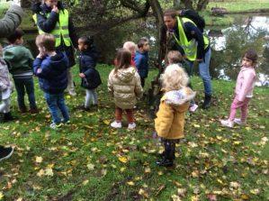 Kinderen bij de kabouterzoektocht