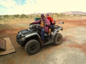 Wayne und Corinna, bereit um mit 100km/h durch den Busch zu rasen