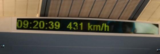Der Zug hat die 430 km/h geknackt und bringt uns in wenigen Minuten in die Stadt