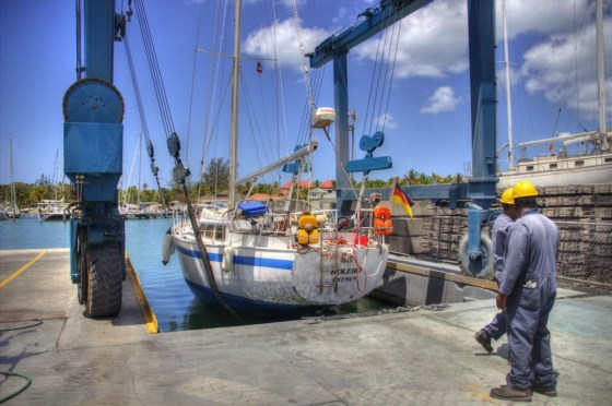 Das Boot wird per Kran aus dem Wasser gehoben