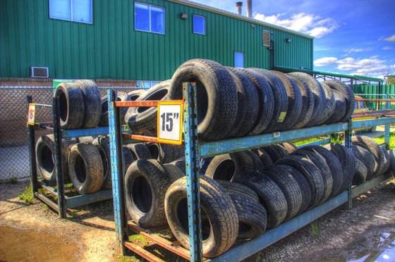 Nach Größe sortierte Reifen von Schrottautos. Die Reifen sind nicht weniger Schrott