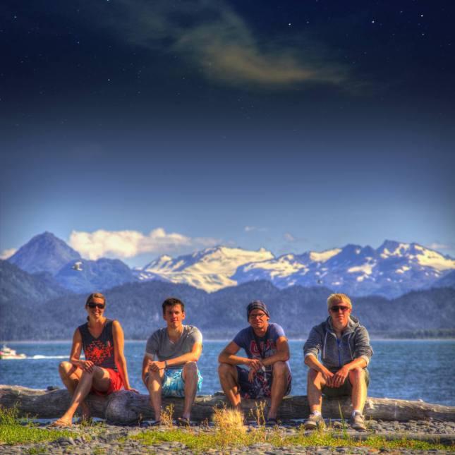 Hier sind wir alle zusammen vor den monumentalen Gletschern Alaskas