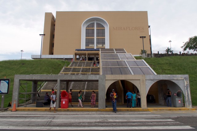 Besucher Zentrum vom Panama Kanal von vorn gesehen