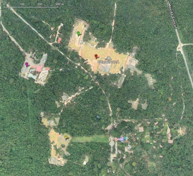Chichén Itzá. Besucherparkplätze (lila), Ballspiel (grün), große Pyramide (rot) und Observatorium (gelb)