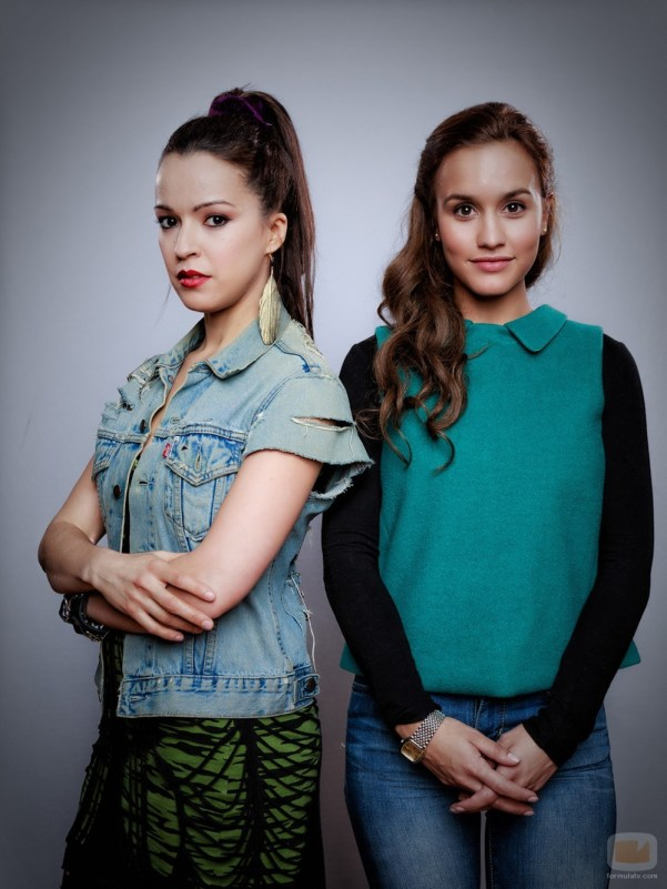 Amparo and María, the beautiful yet different daughters of Fernanda. Photo from formulatv.com. © Roberto Garver