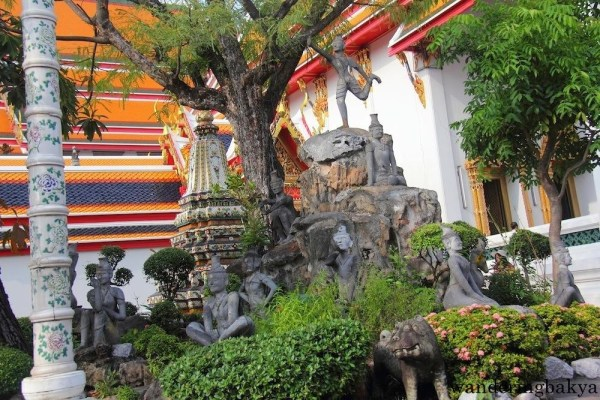 Chinese-themed garden of Wat Po, with bodhi tree in the middle.