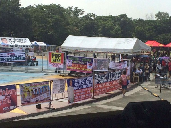 Tarpaulins of groups supporting President Duterte included those from DDS Metro Manila. Photo by Miley Tray