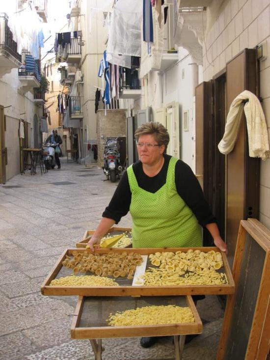Photo tour of Puglia, pasta seller in Bari