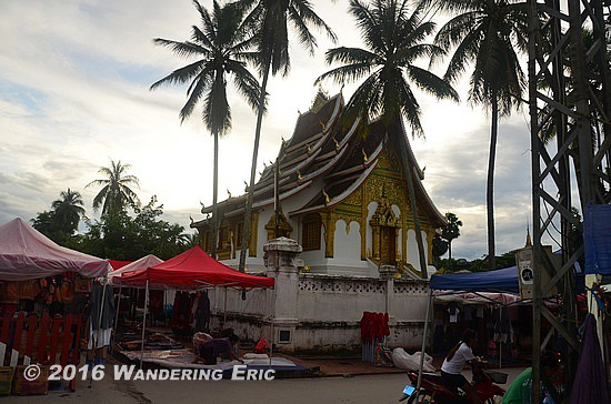 20110913_temple-with-some-market-stalls-outside
