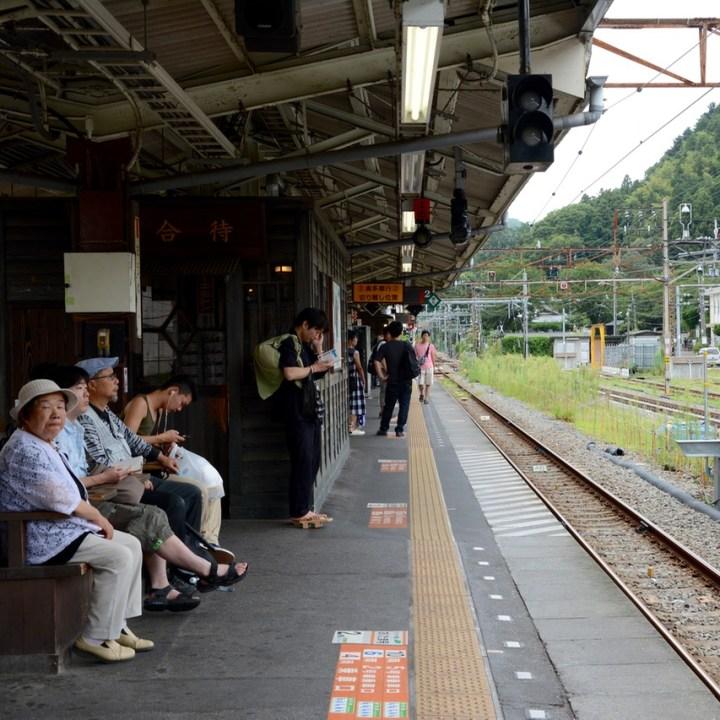 ome station platform people waiting
