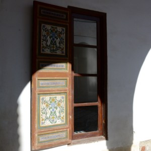 travel with children kids morocco marrakech bahia palace shadows
