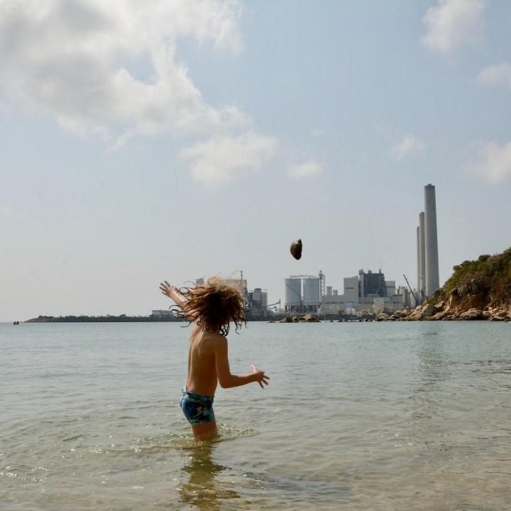 travel hong kong with kids children lamma island hung shing yeh beach