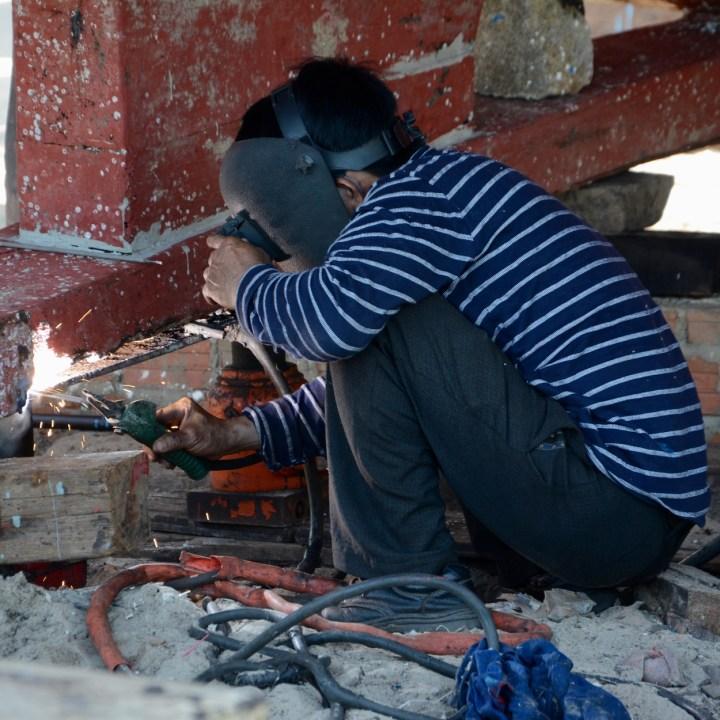 photo tour hoi an fishing village welding