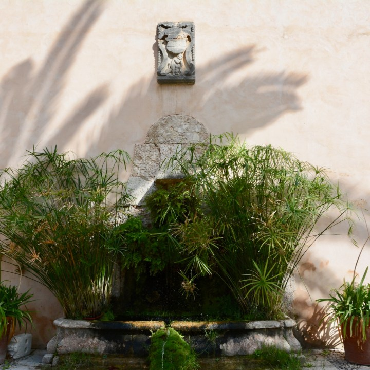 Mallorca with kids gardens alfabia fountain