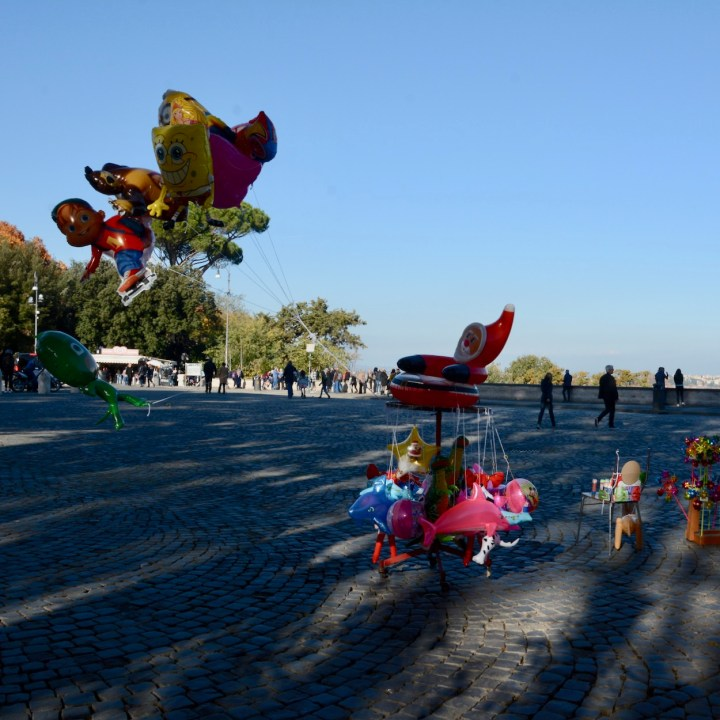 Rome with kids balloons