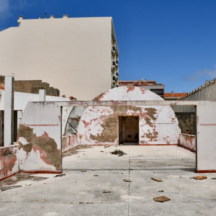 Praia da Vagueira abandoned house