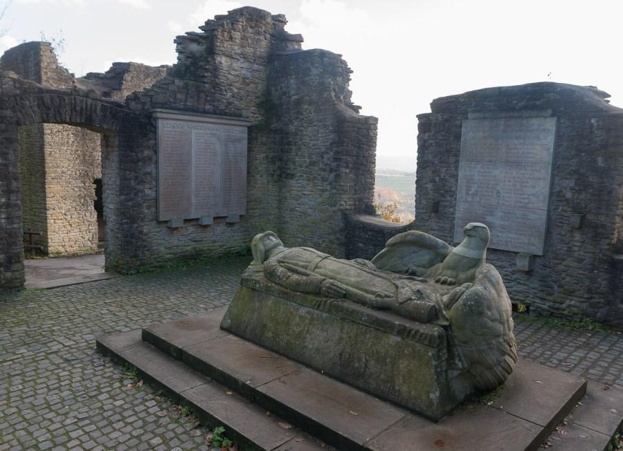 Kriegerdenkmal in Burgruine