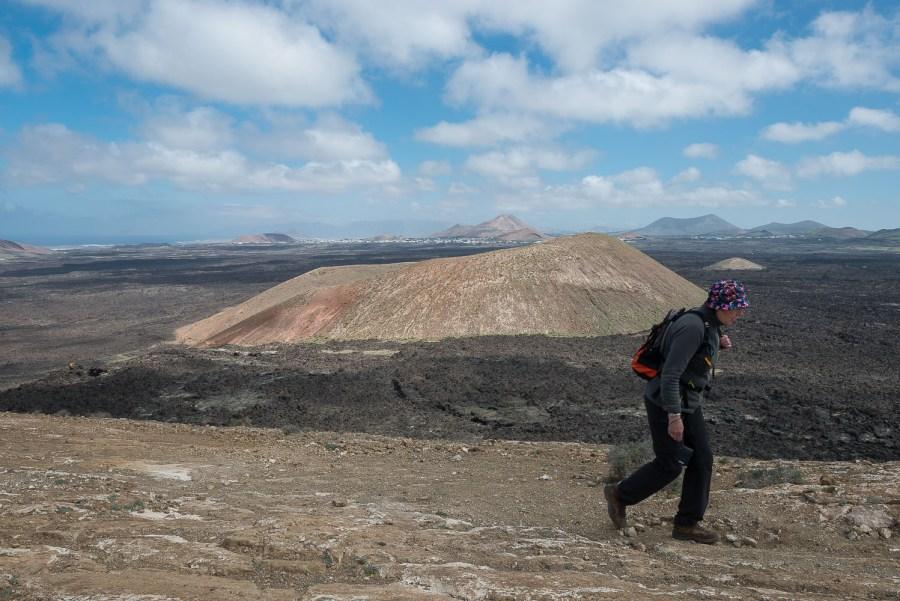 Vorgelagerter Vulkan mit dem Lavafeld dazwischen