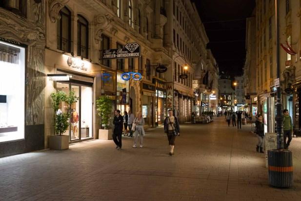 Nächtliche Fußgängerzone