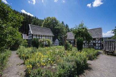 Häuser und Garten im Museumsdorf
