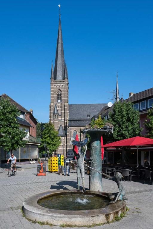 KIrche und Marktplatz in Bedburg