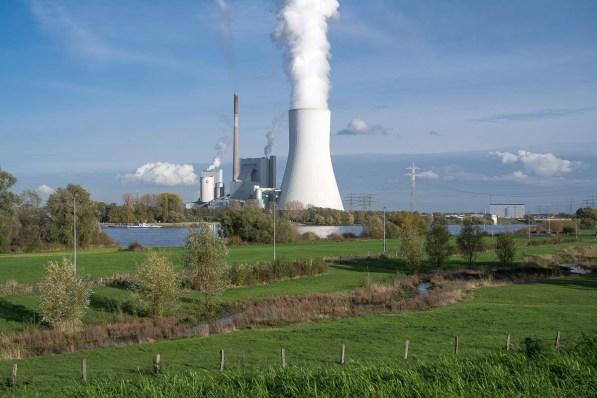 Kraftwerk auf der anderen Rheinseite
