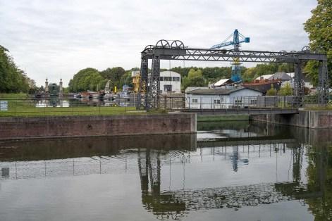 Schiffshebewerk im Hintergrund